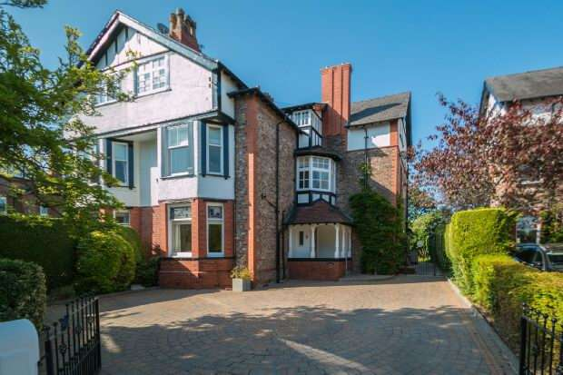 6 Bedrooms Semi Detached House for sale in Warwick Drive, Hale