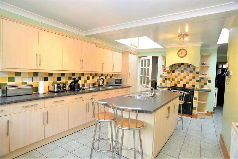 3 Bedrooms Terraced House for sale in Brooke Avenue, Milford Haven, Pembrokeshire. SA73 2LS