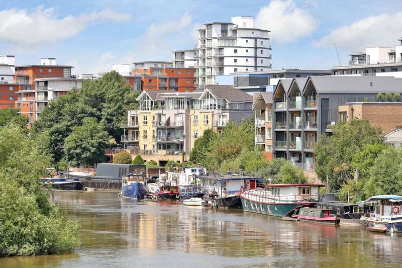 House Boat Character Property for sale in The Hollows, Brentford, TW8