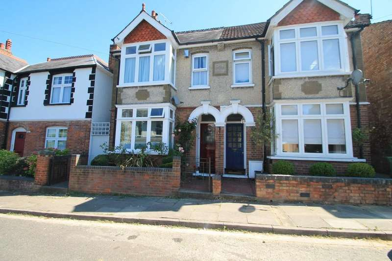 3 Bedrooms Semi Detached House for sale in Manor Road, Aylesbury