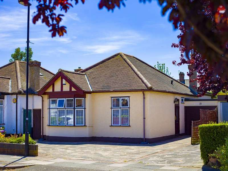 2 Bedrooms Detached House for sale in Ash Grove, Enfield, London, EN1