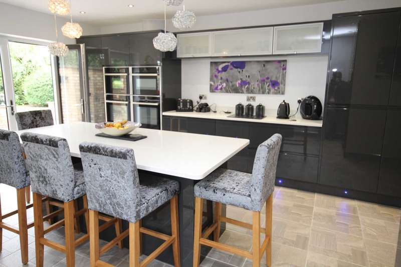 4 Bedrooms Chalet House for sale in Coxtie Green Road, Brentwood