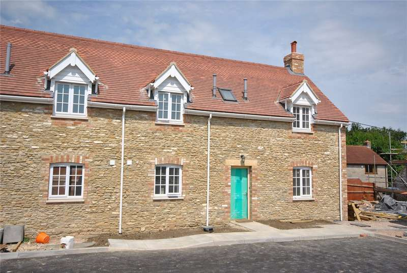 3 Bedrooms Semi Detached House for sale in Park Farm Court, Templecombe, Somerset, BA8
