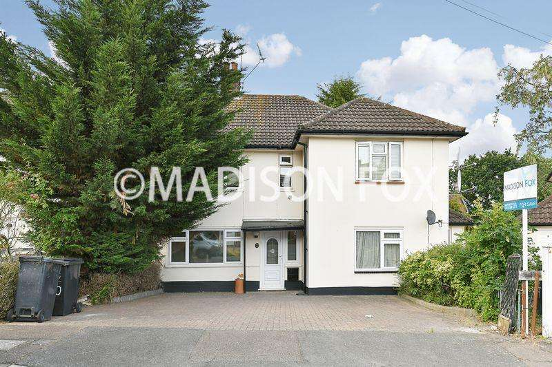 3 Bedrooms Apartment Flat for sale in Dunmow Close, Loughton, IG10