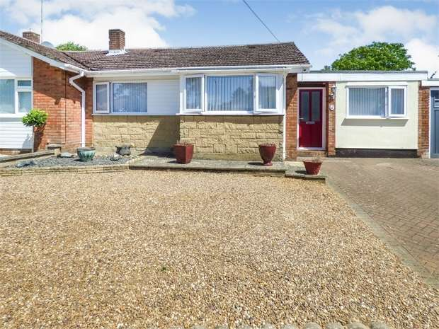 3 Bedrooms Semi Detached Bungalow for sale in Lakefield Avenue, Toddington, Dunstable, Bedfordshire
