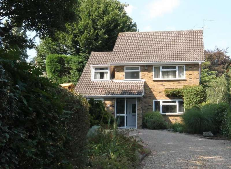 3 Bedrooms Detached House for sale in Abbey Way, Farnborough