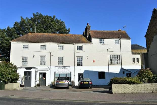 8 Bedrooms Commercial Property