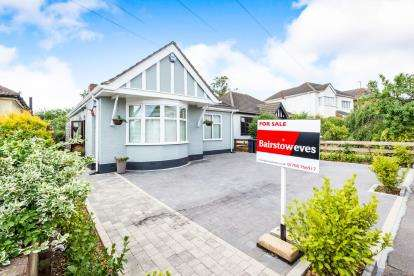 4 Bedrooms Bungalow for sale in Collier Row, Romford, Havering