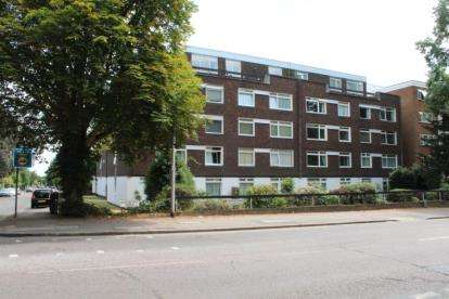 2 Bedrooms Flat for sale in Woodford Road, London