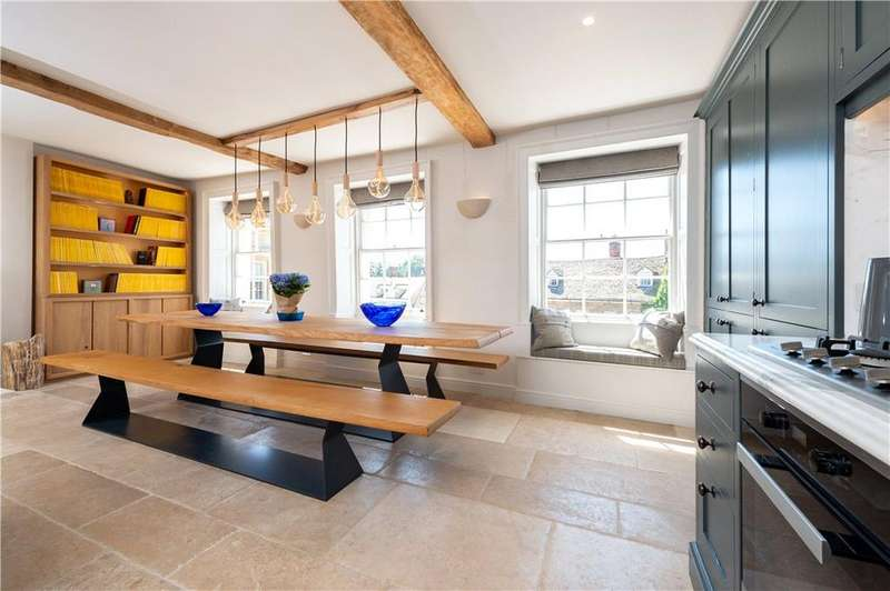 2 Bedrooms Flat for sale in Market Place, Woodstock, Oxfordshire, OX20