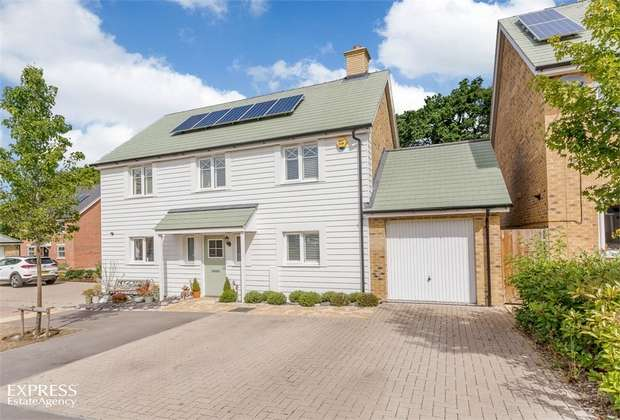 4 Bedrooms Detached House for sale in Grant Drive, Church Crookham, Fleet, Hampshire