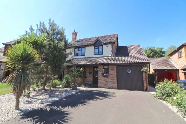 4 Bedrooms Detached House for sale in Coopers Way, Hailsham, BN27