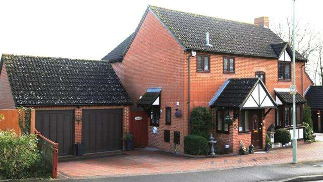 5 Bedrooms Detached House for sale in Shaw Close, Andover SP10