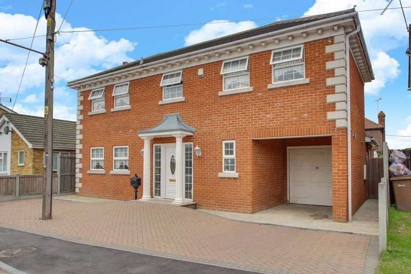4 Bedrooms Detached House for sale in Hannett Road, Canvey Island
