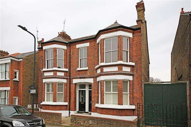 2 Bedrooms Maisonette Flat for sale in Iveley Road, Clapham