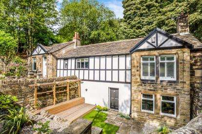 3 Bedrooms Detached House for sale in Fleminghouse Lane, Almondbury, Huddersfield, West Yorkshire