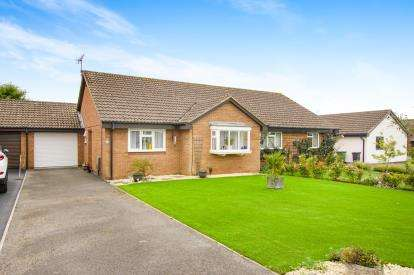 2 Bedrooms Bungalow for sale in Squires Leaze, Thornbury, Bristol