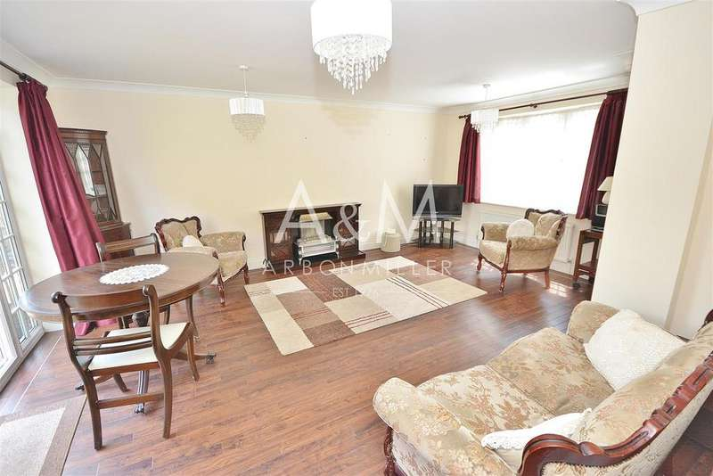 3 Bedrooms Detached House for sale in Mossford Green, Barkingside