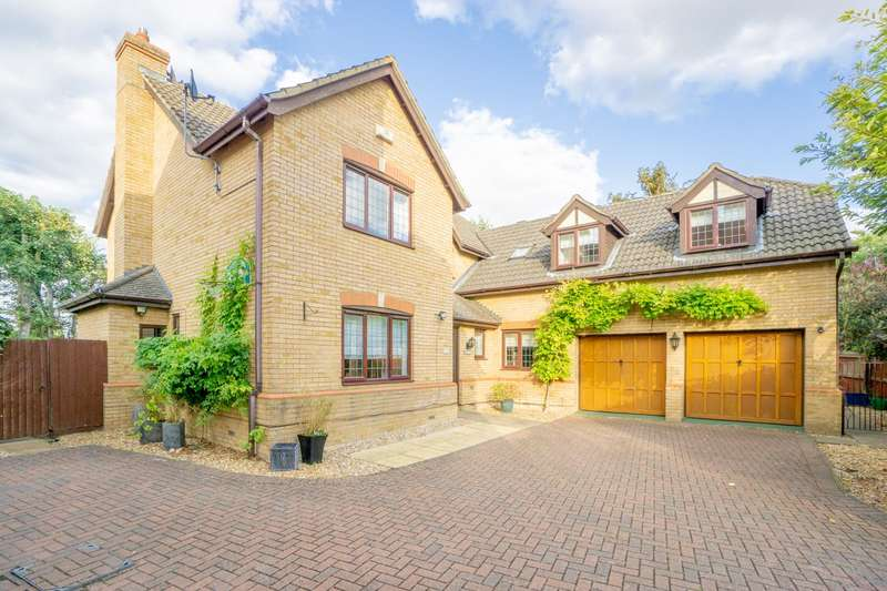 5 Bedrooms Detached House for sale in St Marys Park, Royston, SG8