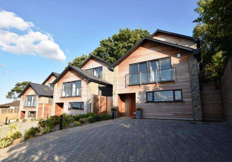 5 Bedrooms House for sale in Hillview Road, Rayleigh, Essex