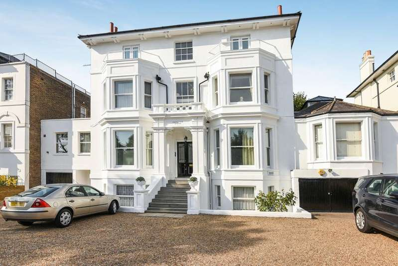 3 Bedrooms Flat for sale in Shooters Hill Road London SE3