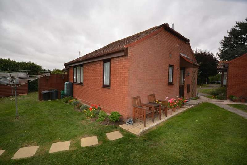 2 Bedrooms Semi Detached Bungalow for sale in Stuarts Way, Chapel Hill, Braintree, Essex, CM7