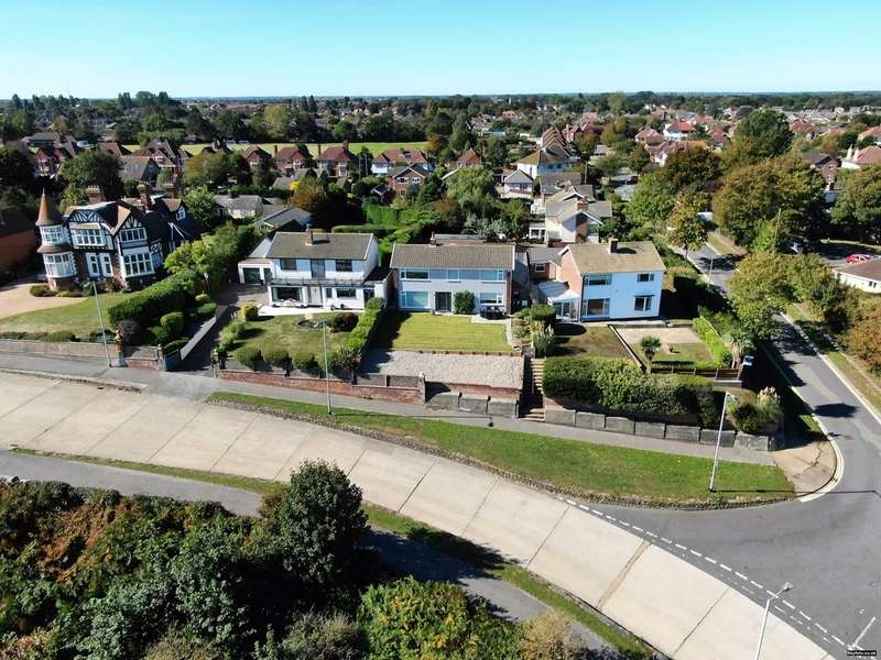 4 Bedrooms Detached House for sale in Gunton Cliff, Lowestoft