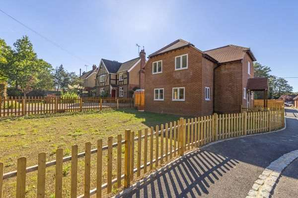 4 Bedrooms Detached House for sale in Beech Lane, Woodcote, Reading
