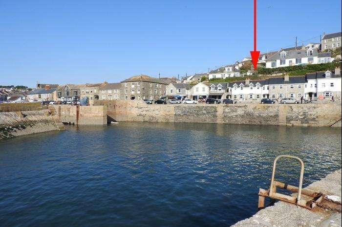3 Bedrooms Town House for sale in 2 Harbourside Cottage, Commercial Road, PORTHLEVEN, TR13