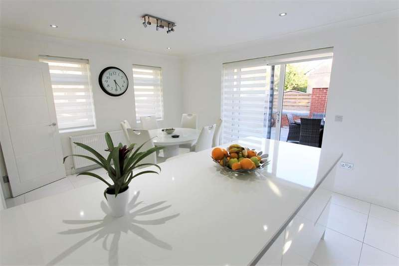 3 Bedrooms Detached Bungalow for sale in Bridlington Road, London