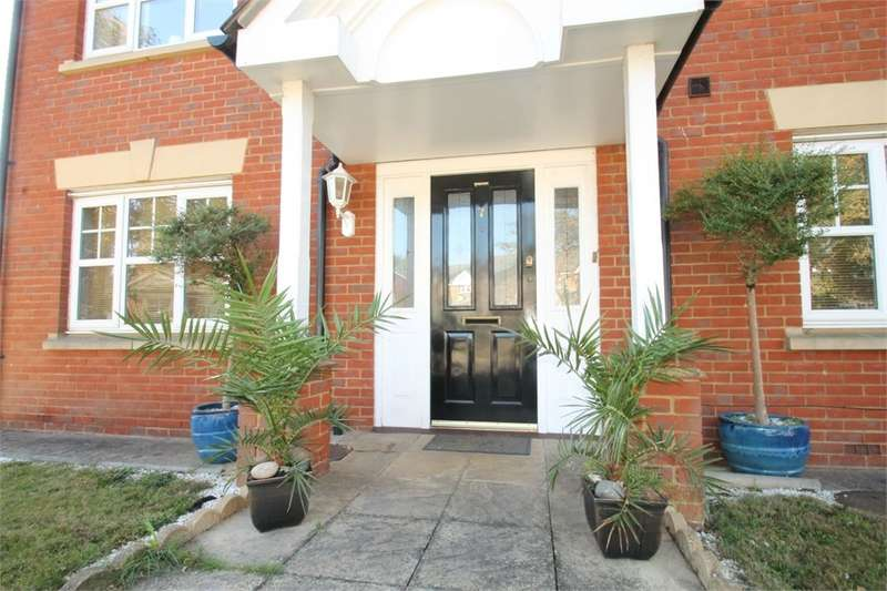 4 Bedrooms Detached House for sale in Oakwood Gate, Hainault