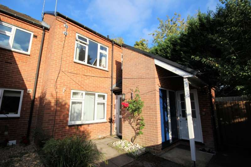 2 Bedrooms Flat for sale in Barker Court, Tape Lane, Hurst, RG10