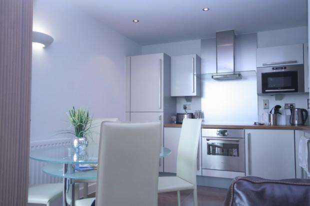 2 Bedrooms Flat for sale in Neutron Tower, 6 Blackwall Way, London E14