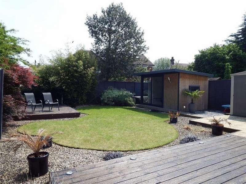 4 Bedrooms Detached House for sale in Southsea Road, Stevenage, Hertfordshire, SG1