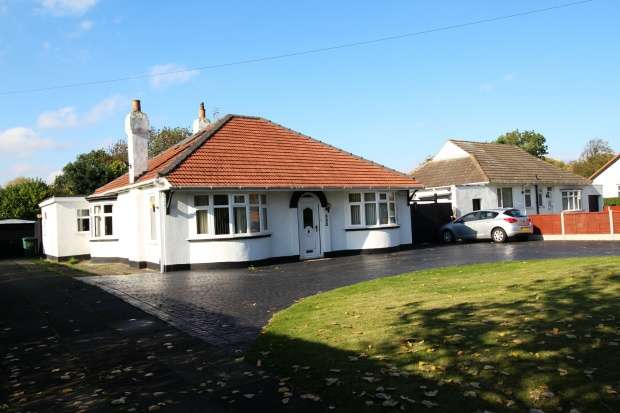 3 Bedrooms Detached Bungalow for sale in Thornaby Road, Stockton-On-Tees, Cleveland, TS17 0AA