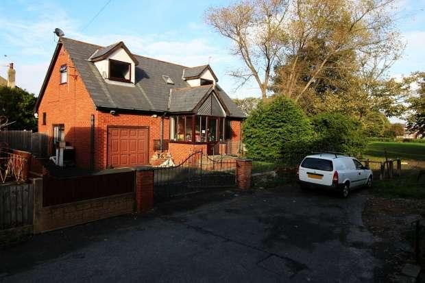 2 Bedrooms Detached Bungalow for sale in Camden Road, Blackpool, Lancashire, FY3 8HN
