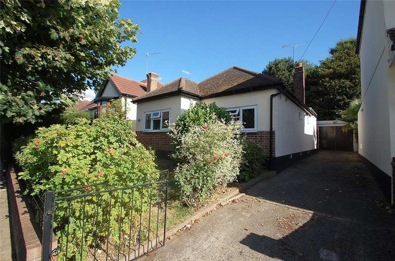 3 Bedrooms Bungalow for sale in Bruce Avenue, Hornchurch, RM12