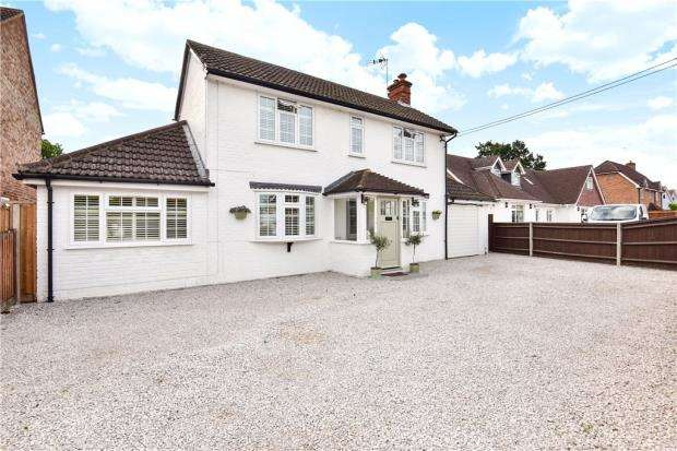 3 Bedrooms Detached House for sale in Sandhurst Road, Yateley, Hampshire