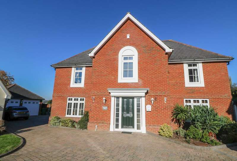 4 Bedrooms Detached House for sale in Matthews Mead , Crays Hill, Billericay CM11