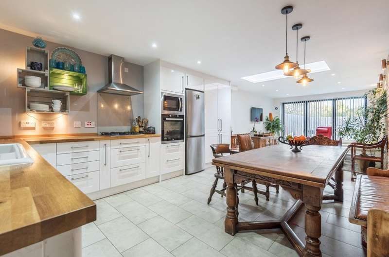 5 Bedrooms Terraced House for sale in Grace Close, London
