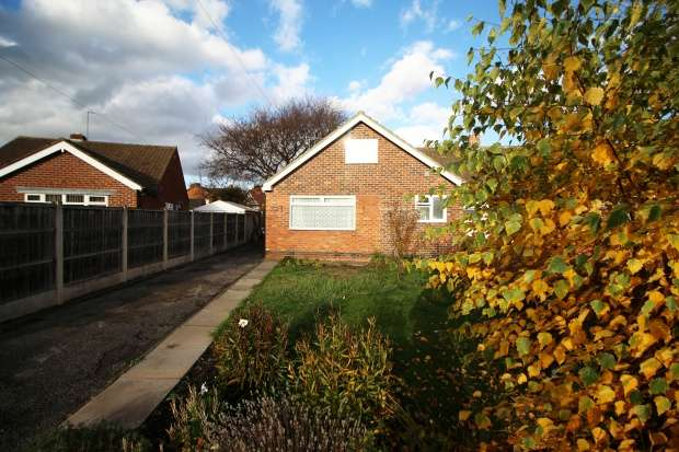 4 Bedrooms Semi Detached Bungalow for sale in Cowdray Close, Loughborough, Leicestershire, LE11 2BW