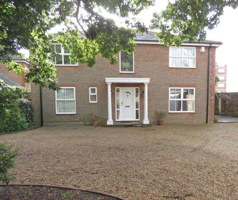 4 Bedrooms Detached House for sale in Stamford Avenue, Hayling Island