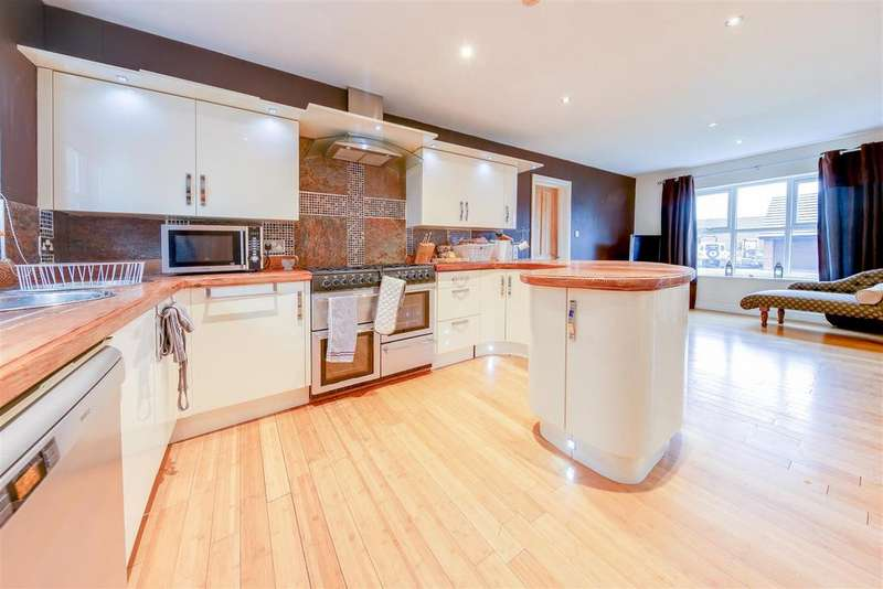 5 Bedrooms Detached House for sale in Brandlesholme Close, Bury