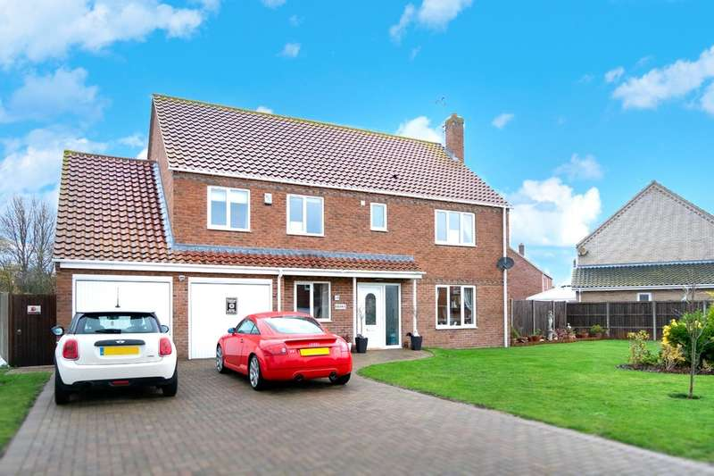 4 Bedrooms Detached House for sale in Martin De Rye Way, Caister-On-Sea