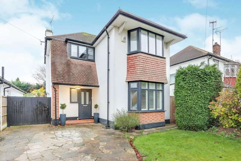 3 Bedrooms Detached House for sale in Broadlawn, Leigh On Sea