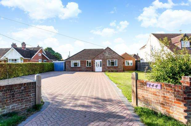 4 Bedrooms Bungalow for sale in Basingstoke, Hampshire