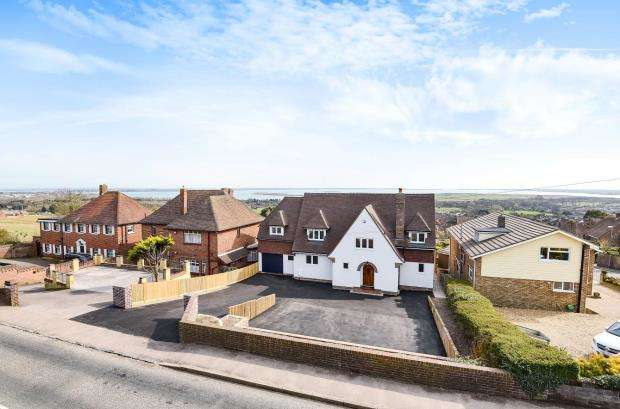 4 Bedrooms Detached House for sale in Portsdown Hill Road, Portsmouth