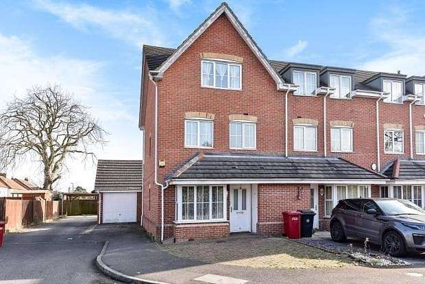 4 Bedrooms Town House for sale in Broomfield Gate, Slough, SL2
