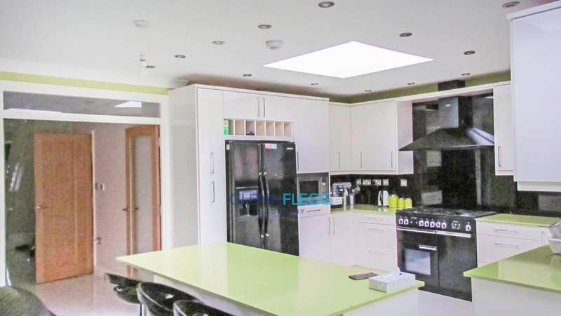 5 Bedrooms Detached House for sale in Langley Road