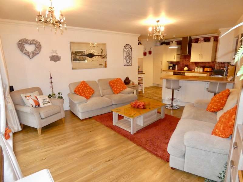 2 Bedrooms Flat for sale in Walnut Close, Hyde, Greater Manchester, SK14